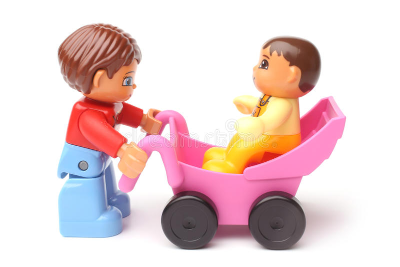 ST PETERSBURG RYSSLAND - DESEMBER 28, 2015: Ett studioskott av en Mum och behandla som ett barn, Lego Duplo royaltyfri bild