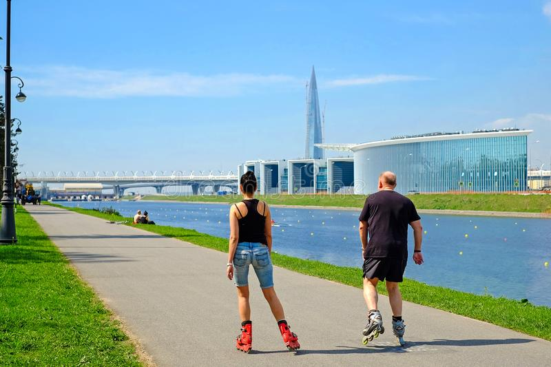 St Petersburg Ryssland 05 18 2018 En man och en kvinna som rollerblading fotografering för bildbyråer