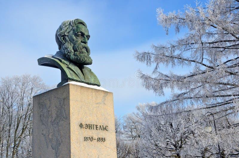 St Petersburg Ryssland, Februari, 22, 2018 Byst av Friedrich Engels i som trädgård-malas av det Smolny institutet i vinter Helgon royaltyfri fotografi