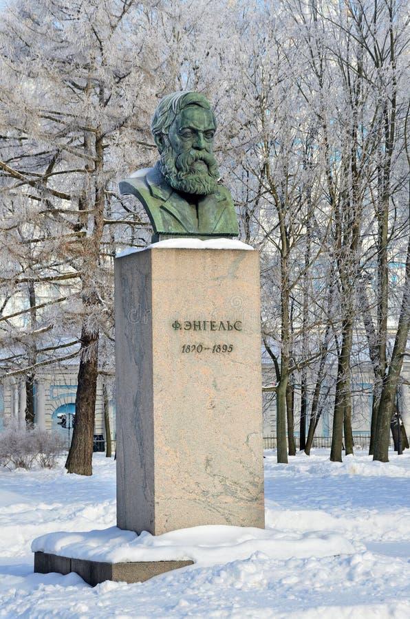 St Petersburg Ryssland, Februari, 22, 2018 Byst av Friedrich Engels i som trädgård-malas av det Smolny institutet i vinter Helgon royaltyfria foton