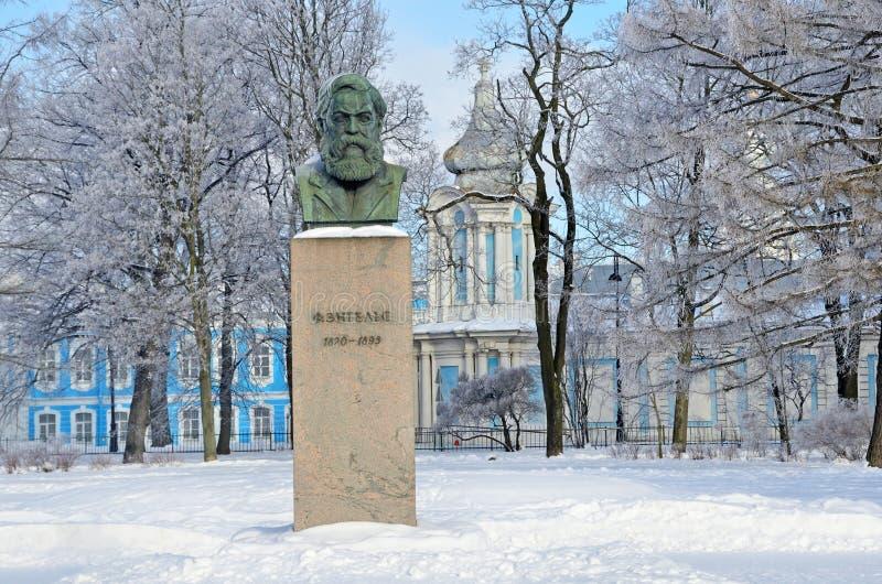 St Petersburg Ryssland, Februari, 22, 2018 Byst av Friedrich Engels i som trädgård-malas av det Smolny institutet i vinter Helgon arkivbild