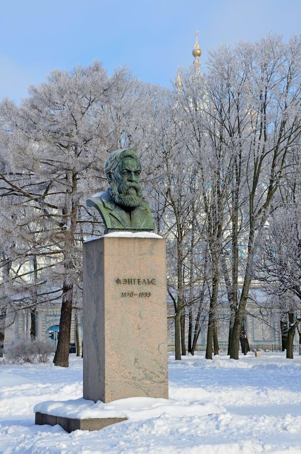 St Petersburg Ryssland, Februari, 22, 2018 Byst av Friedrich Engels i som trädgård-malas av det Smolny institutet i vinter Helgon arkivfoton