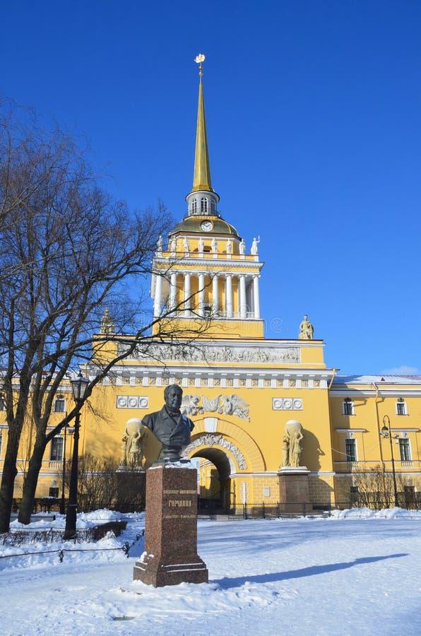 St Petersburg Ryssland, Februari, 27, 2018 Monument till Alexander Mikhailovich Gorchakov framme av den Amiralitetet byggnaden i  arkivbild