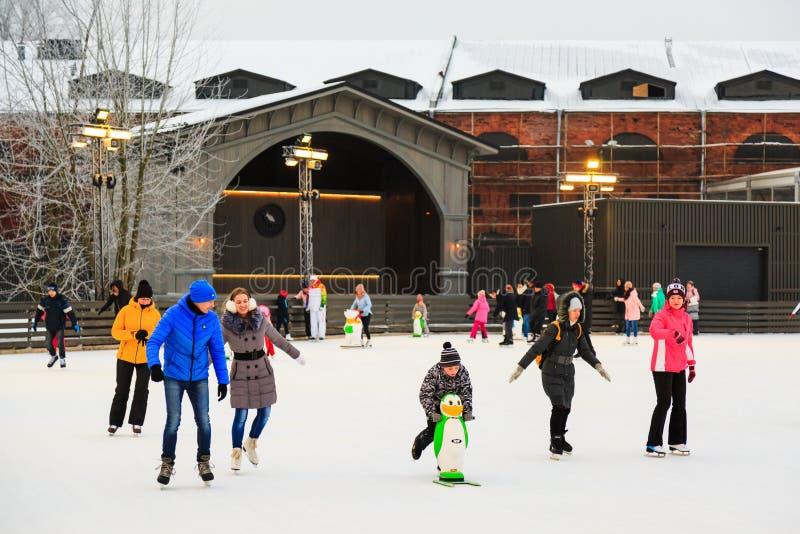 St Petersburg Ryssland - Februari 11, 2017: Skridskoåkningisbana i stad på vintern Folk som lär att åka skridskor Nya Holland Isl royaltyfri bild