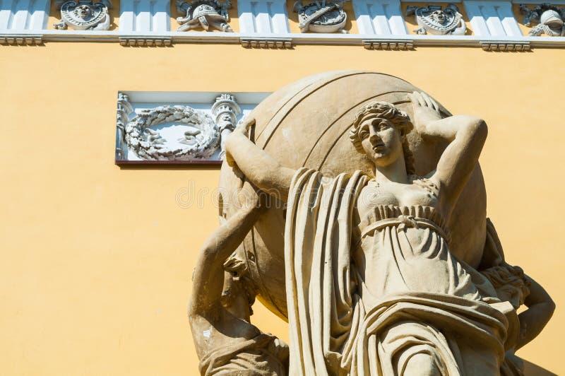 St Petersburg Ryssland Fragment av byggnad av huvudsakliga Amiralitetet som byggs i 1813 Skulptur av havsnymfer som rymmer jordkl arkivfoton
