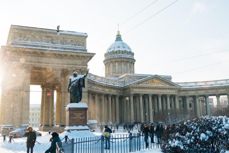 St Petersburg Ryssland - Januari 28, 2019: Kazan domkyrka i snö på solig vinterdag Vintertid, wheater arkivfoto