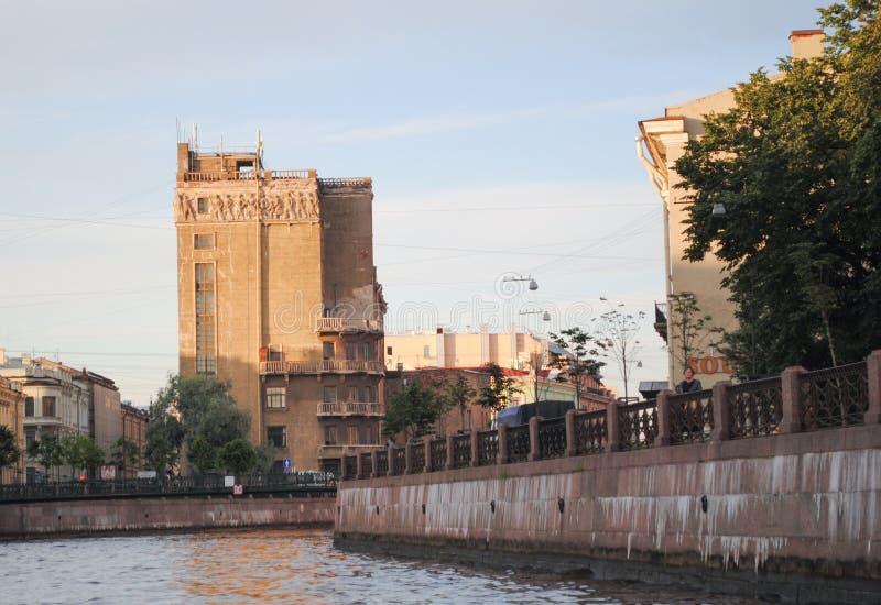 ST PETERSBURG RYSSLAND - JULI 12, 2015: arkitektoniska byggnader i St Petersburg arkivfoton