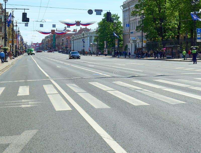 ST PETERSBURG RYSSLAND - JULI 20, 2017: Den huvudsakliga gatan av staden är tom för stadsberömmen i St Petersburg fotografering för bildbyråer