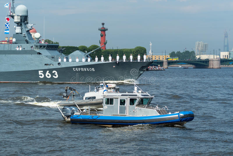 ST PETERSBURG RYSSLAND - JULI 23, 2017: Den ryska marinkrigsskeppet på repetitionen av det sjö- ståtar i St Petersburg royaltyfria bilder