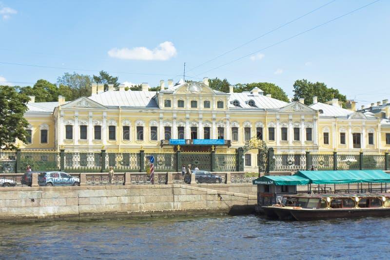 St Petersburg Fontan hus (slotten av Sheremetyev) royaltyfria bilder