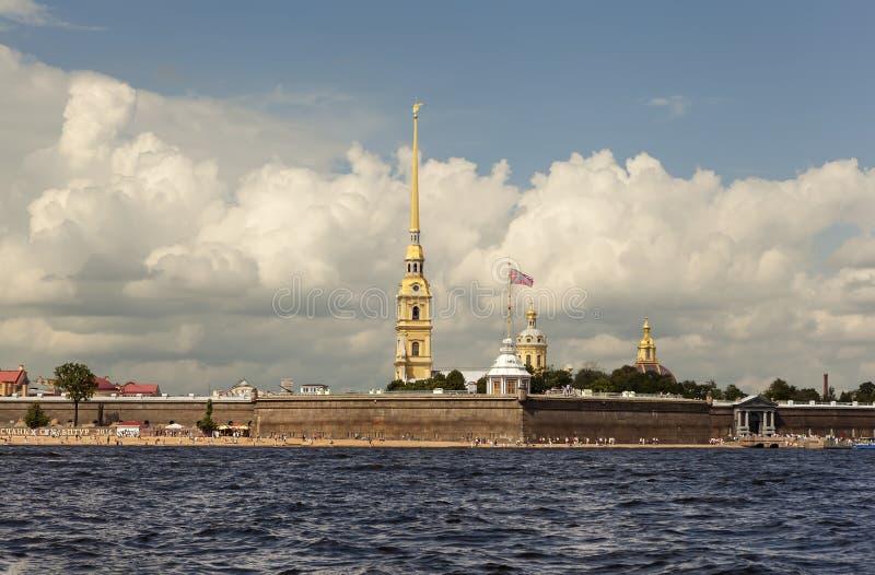 ST PETERSBURG RYSSLAND - JULI 31, 2016: Foto av Peter och Paul Fortress royaltyfria foton