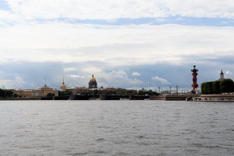 St Petersburg Ryssland, Juli 2019 Härlig sikt av sikten av centret från Neva River arkivbild