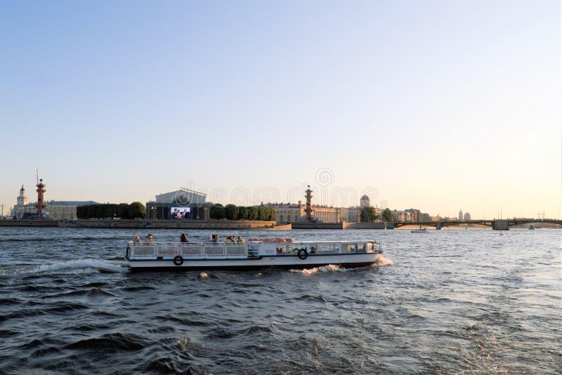 St Petersburg Ryssland, Juli 2019 Nöjefartyg med turister på bakgrunden av Vasilyevsky Island arkivfoton