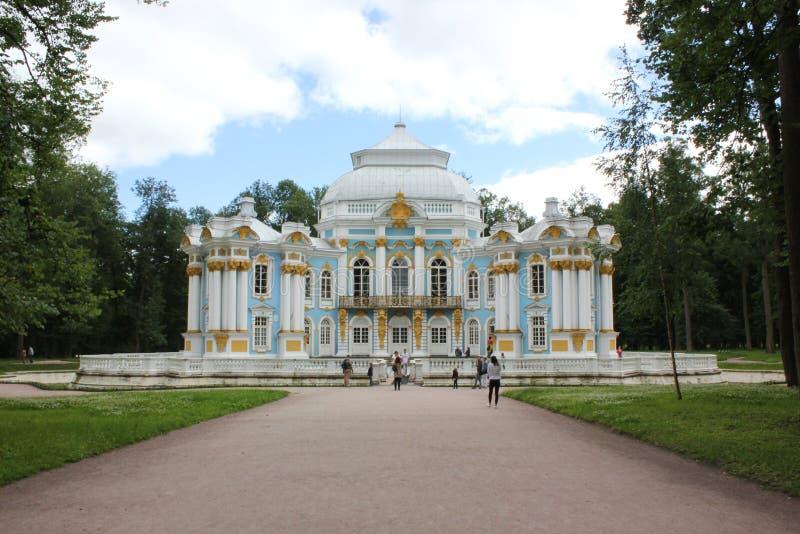 ST PETERSBURG RYSSLAND - Juli 10, 2014: Paviljongeremitboning i Catherine Park på Tsarskoye Selo royaltyfri fotografi