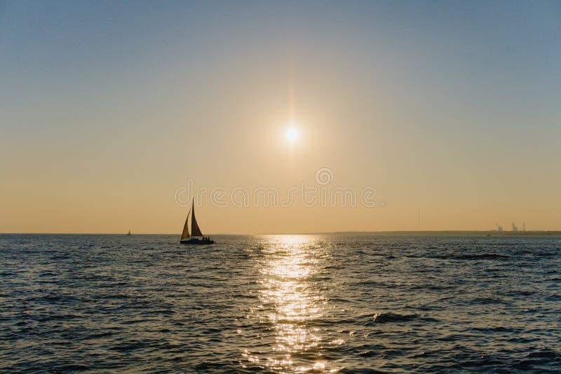 St Petersburg Ryssland, Juli 2018 Sommar, solnedgång, bra väder, himmel och vind royaltyfria bilder