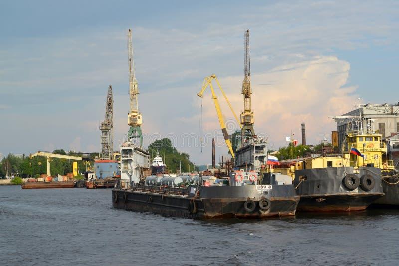 ST PETERSBURG RYSSLAND - JULI 09, 2014: Torr skeppsdocka av skeppsbyggeri arkivfoton