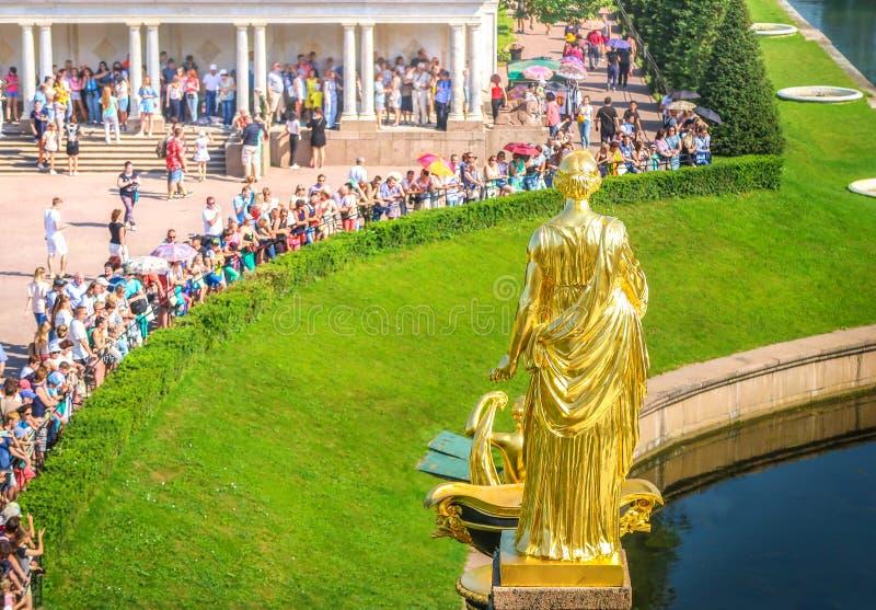 ST PETERSBURG RYSSLAND - JULI 28, 2018: Turister besökte Peterhof den storslagna kaskaden, St Petersburg, Ryssland arkivbild