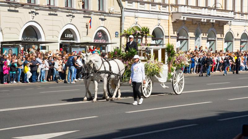 St Petersburg Ryssland-Juni 12, 2019 Blommafestival Nevsky utsikt Många personer kom till festivalen Häst vagn, arkivfoto