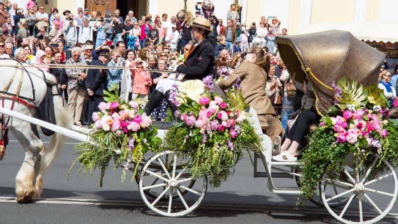 St Petersburg Ryssland-Juni 12, 2019 Blommafestival Nevsky utsikt Många personer kom till festivalen Häst vagn, royaltyfri foto