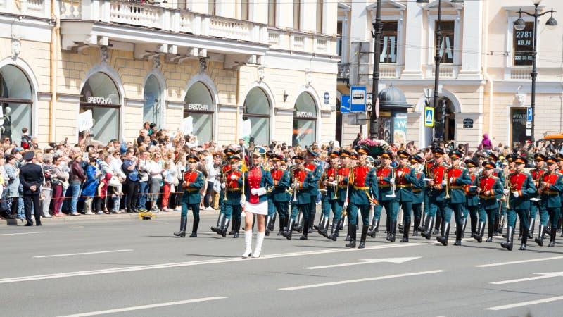 St Petersburg Ryssland-Juni 12, 2019 Blommafestival Nevsky utsikt Många personer kom till festivalen Milit?r musikband royaltyfria bilder