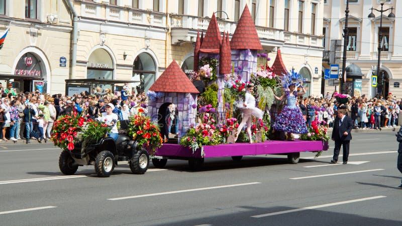 St Petersburg Ryssland-Juni 12, 2019 Blommafestival Nevsky utsikt Många personer kom till festivalen Plattform garneringar, arkivbild