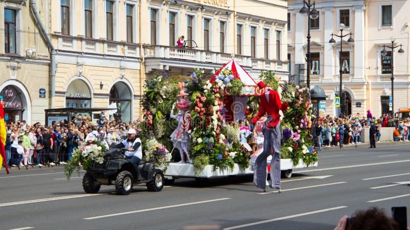 St Petersburg Ryssland-Juni 12, 2019 Blommafestival Nevsky utsikt Många personer kom till festivalen Plattform garneringar, royaltyfria bilder