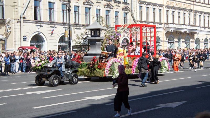 St Petersburg Ryssland-Juni 12, 2019 Blommafestival Nevsky utsikt Många personer kom till festivalen Plattform garneringar, arkivfoton