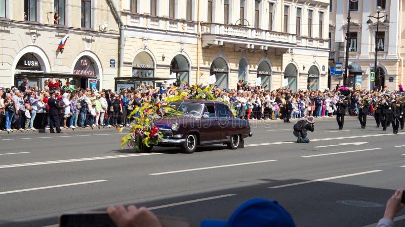 St Petersburg Ryssland-Juni 12, 2019 Blommafestival Nevsky utsikt Många personer kom till festivalen arkivfoto