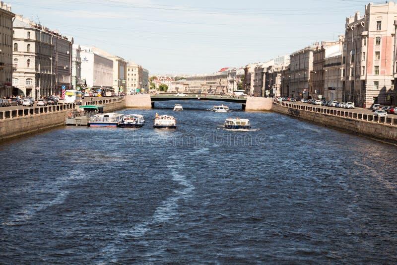 St Petersburg Ryssland-Juni 12, 2019 Den Fontanka floden Nöjefartyg med turister Historiskt centrera solig dag fotografering för bildbyråer