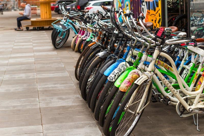 St Petersburg Ryssland, 26 Juni 2019 - en lott av parkerade cyklar i en cykel shoppar royaltyfria foton