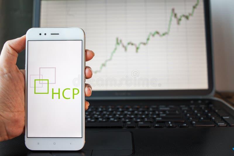 ST PETERSBURG RYSSLAND - JUNI 25, 2019: HCP Företag logo på smartphoneskärmen arkivfoto