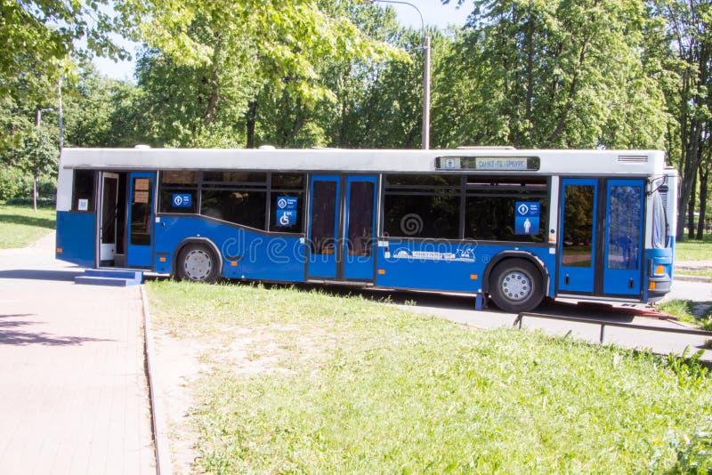 St Petersburg Ryssland-Juni 12, 2019 Offentlig toalett för gata i form av en buss solig dag arkivbild