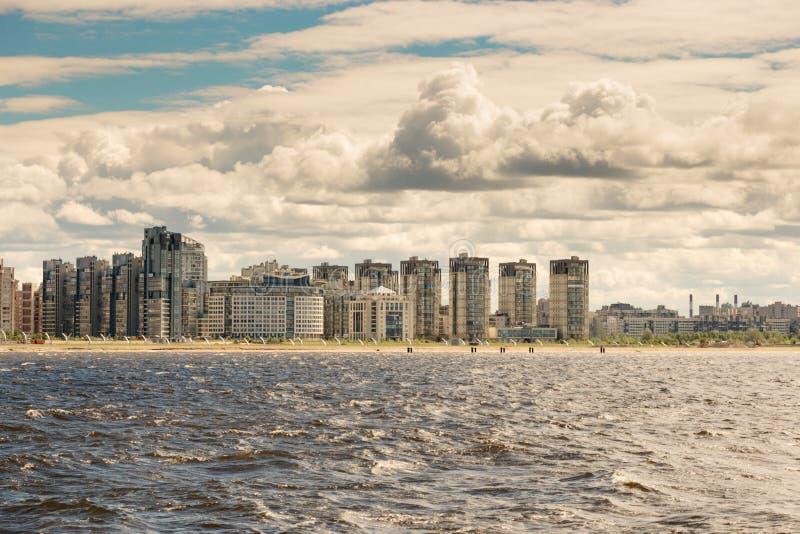 St Petersburg Ryssland - Juni 28, 2017: panoramautsikt från fjärden till invallningen i St Petersburg royaltyfria bilder