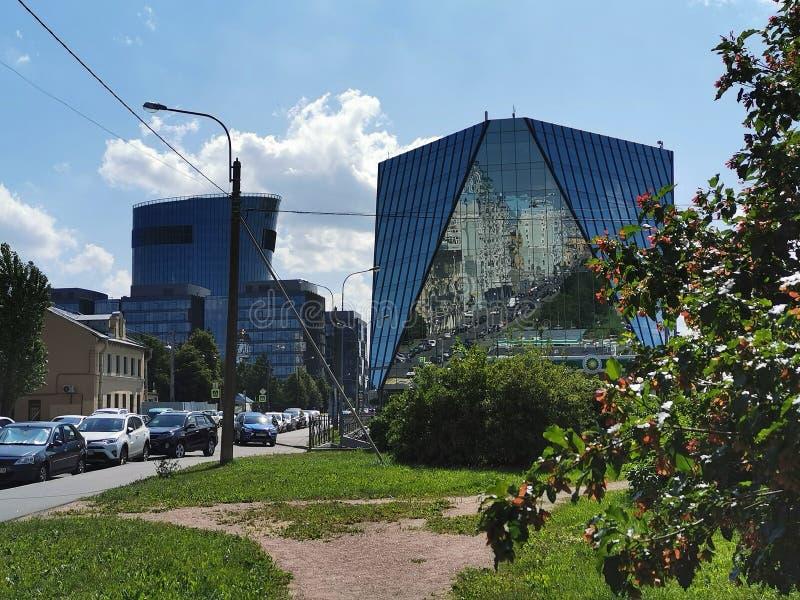 ST PETERSBURG RYSSLAND - juni, 2019: Sikt av plazaen St Petersburg för affärsmitt på den Malookhtinsky avenyn royaltyfri bild