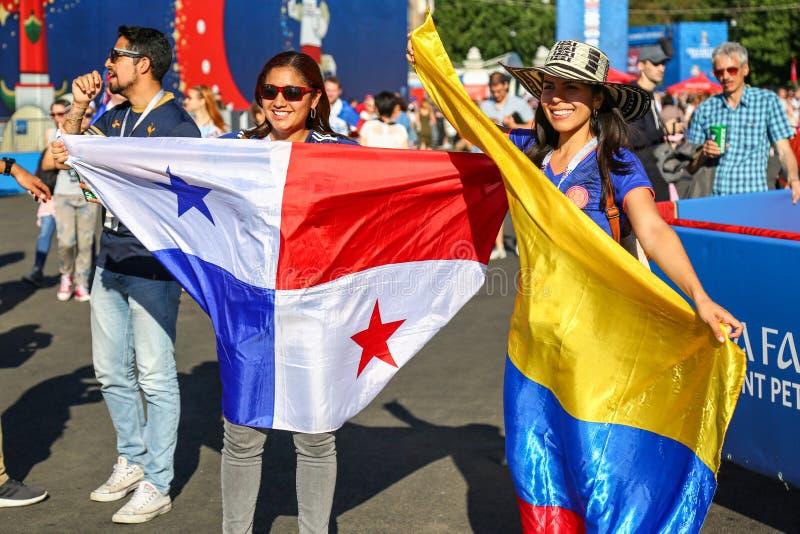 St Petersburg Ryssland - Juni 26, 2018: Supportrar av Colombia och Panama fotbollslag royaltyfri bild