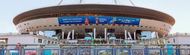 ST PETERSBURG RYSSLAND - JUNI 26, 2018: Talrika fans och åskådare går upp trappan av stadion Krestovsky till foen arkivbilder