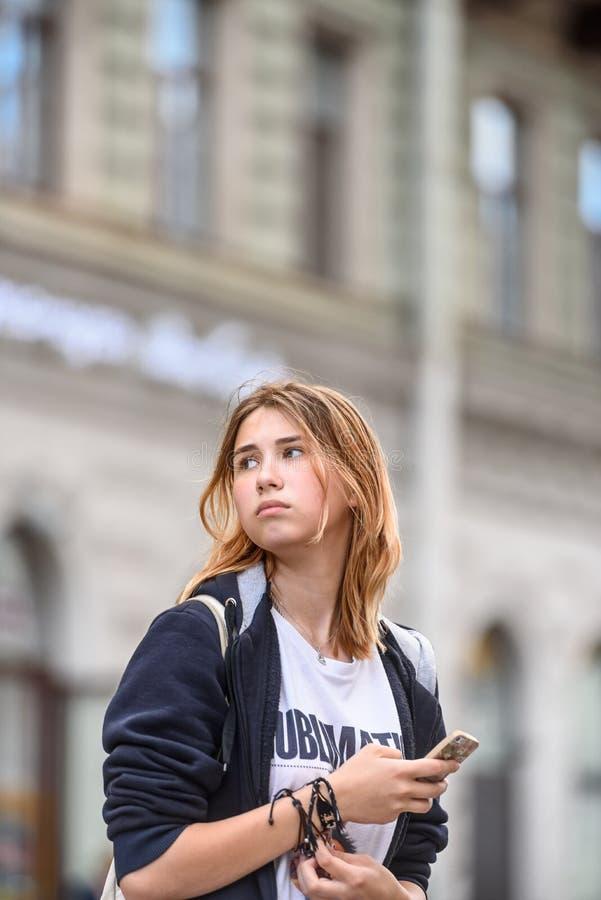 St Petersburg Ryssland, Juni 28, 2019: Tonårig flicka som går runt om staden royaltyfria bilder