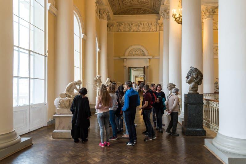 St Petersburg Ryssland - Juni 2 2017 turistsikten skulpterar i ryskt museum av kejsaren Alexander III fotografering för bildbyråer