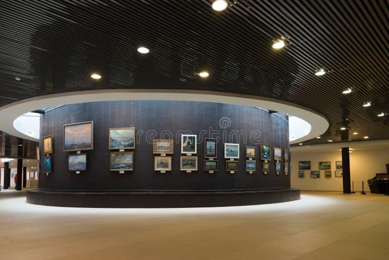 St Petersburg Ryssland - Juni 02 2017 Utställning av marin- målningar i sjö- museum i Kryukov baracker royaltyfria foton