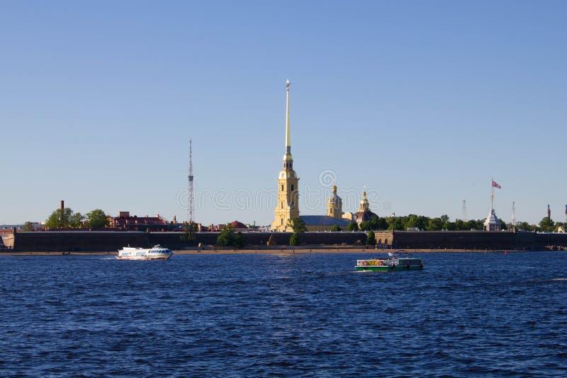 St Petersburg Ryssland, kan 2019, den Neva floden på en solig sommardag Sikt av Peter och Paul Fortress royaltyfria bilder