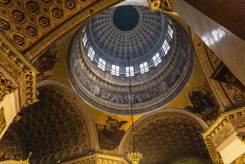St Petersburg RYSSLAND - MAJ 30, 2017: Beskåda från inre på kupolen av den Kazan domkyrkan, St Petersburg, Ryssland, royaltyfria bilder