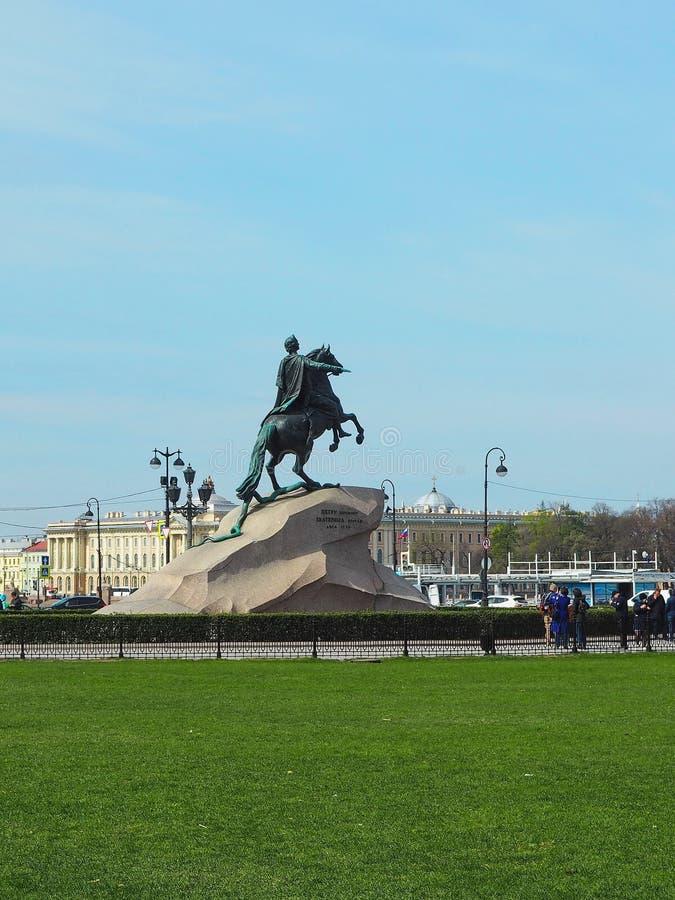 St Petersburg RYSSLAND – Maj 1, 2019: Brons skicklig ryttaremonumentet mot blå himmel arkivbilder