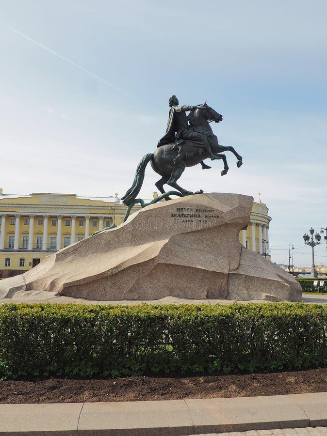 St Petersburg RYSSLAND - Maj 1, 2019: Den nära sikten av brons skicklig ryttaremonumentet mot blå himmel arkivfoto