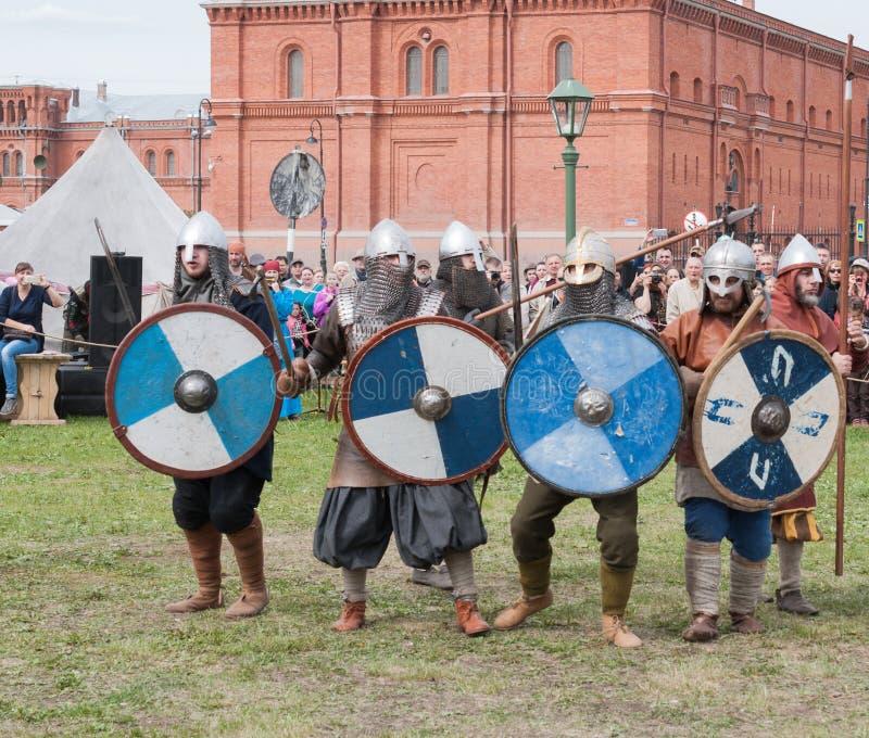 St Petersburg Ryssland - Maj 27, 2017: Historisk rekonstruktion av striden av Viking Festival i St Petersburg, Ryssland royaltyfria bilder