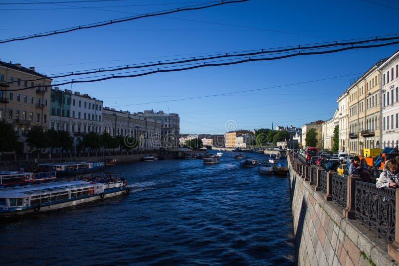 St Petersburg Ryssland, Maj 2019, Moika flodinvallning på en solig dag H?rlig arkitektur p? flodbanken arkivfoto
