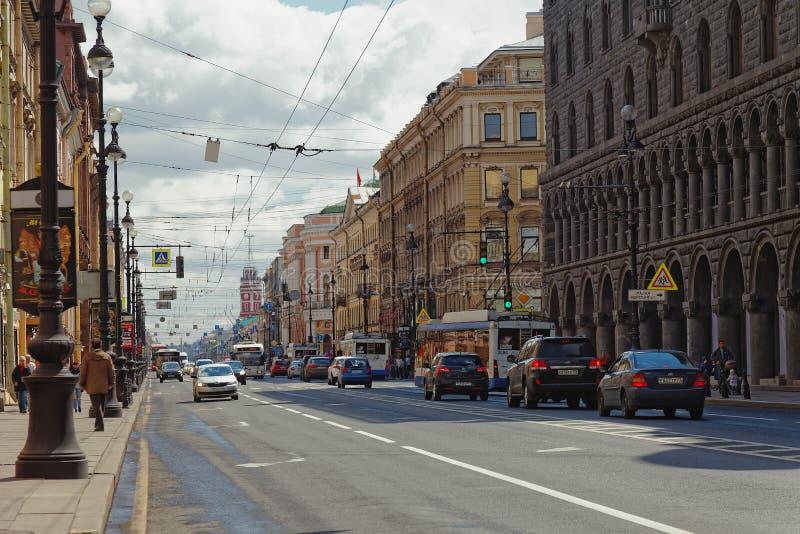 ST PETERSBURG RYSSLAND - 21 MAJ 2017: Nevsky Prospekt i staden av St Petersburg, Ryssland Tonat foto royaltyfri fotografi