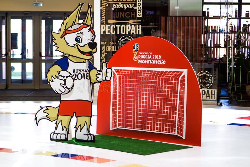 St Petersburg RYSSLAND - MAJ 28, 2018: Representant Wolf Mascot av den FIFA världscupen i Ryssland - Zabivaka och fotbollport sym royaltyfria bilder