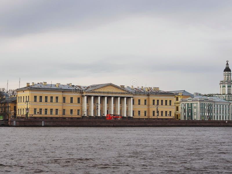 St Petersburg RYSSLAND – Maj 1, 2019: Sikt av mitten av den ryska vetenskapsakademin och det Kunstkamera museet från Nevaen fotografering för bildbyråer