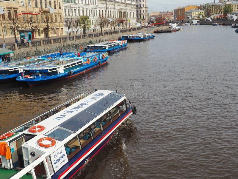 St Petersburg RYSSLAND – Maj 1, 2019: Touristic fartyg på en flod Invallning av den Fontanka floden inte långt från den Anichkov  royaltyfria foton