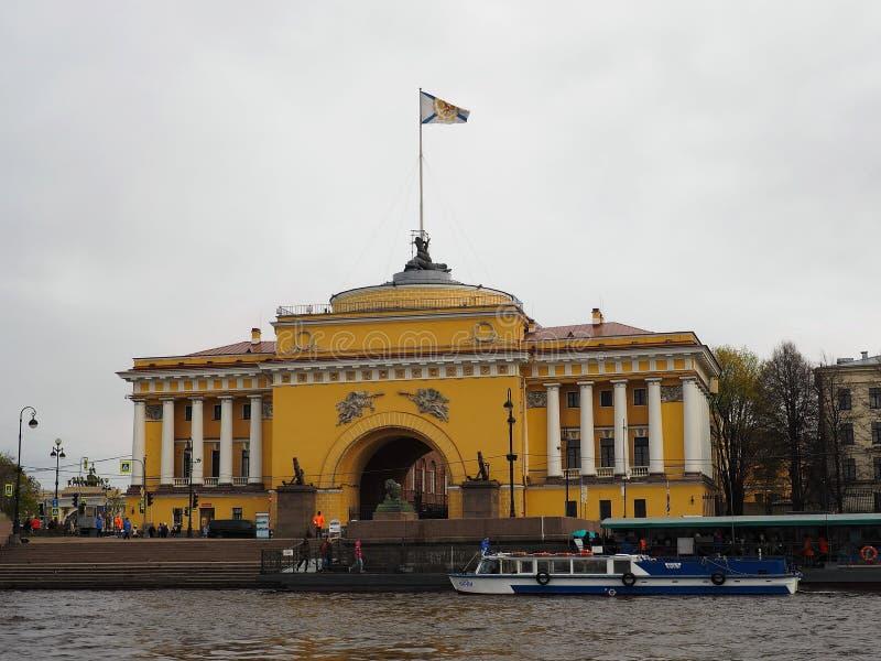 St Petersburg RYSSLAND – Maj 1, 2019: Yttersida av den Amiralitetet byggnaden på en molnig dag, St Petersburg, Ryssland arkivbild